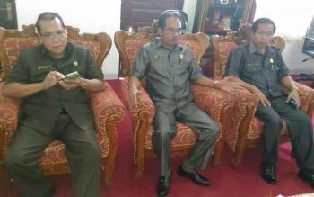 Ketua DPRD Gunung Mas Gumer (tengah) berbincang dengan Wakil Ketua DPRD Punding S Merang dan anggota DPRD Akerman G Sahidar.