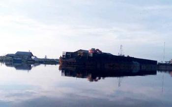Kapal tongkang saat bongkar muat di pelabuhan CPO milik salah satu perusahan kelapa sawit di Kabupaten Sukamara.