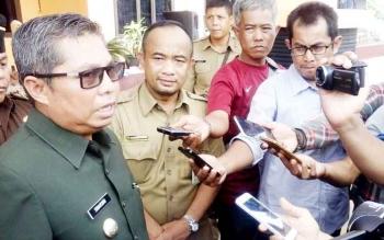 Bupati Seruyan Sudarsono memberikan keterangan seputar masalah perkembangan pertanian di Kuala Pembuang, Selasa (14/3/2017)