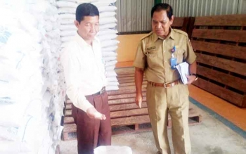 Kepala Sub Divre Bulog Pangkalan Bun, M Soleh (kiri) mengecek beras rastra di gudang Bulog Jalan Iskandar Pangkalan Bun. Ia menyatakan, beras berkutu itu layak konsumsi.