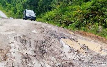Salah satu titik di ruas jalan Kuala Kurun-Palangka Raya yang rusak parah, Selasa (14/3/2017).