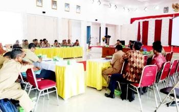 Rapat percepatan penentuan tata batas desa di aula Sekda Sukamara.
