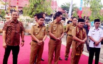 Bupati Barito Utara Nadalsyah bersama Gubernur Kalteng Sugianto Sabran dan bupati se-DAS Barito saat hendak melaksanakan Rapat Kerja di Puruk Cahu, Kabupaten Murung Raya, Selasa (14/3/2017).