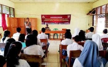 Ratusan siswa SMAN 1 Dusun Selatan antusias ikuti sosialisasi penerimaan polri. Selasa (14/3/2017)