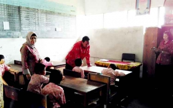 Bupati dan Kepala Dinas Pendidikan saat meninjau salah satu sekolah di Kabupaten Pulang Pisau.