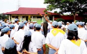 Danramil 05/Tumbang Jutuh Kapten Inf Suradi memberikan imbauan di SMAN 1 Tumbang Jutuh, Kabupaten Gunung Mas.