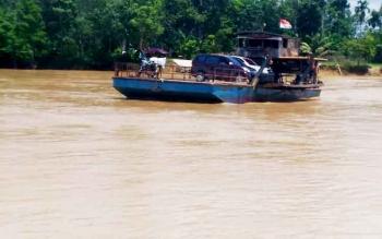 Ferry penyebrangan di Desa Tumbang Hakau, Kecamatan Kurun, Kabupaten Gunung Mas.