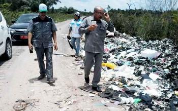 Ketua DPRD Katingan didampingi salah seorang anggotanya Supriyadi saat memantau Jalan Ais Nasution yang terdapat banyak tumpukan sampah, Selasa (14/3/2017).