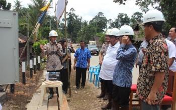 Bupati Sukamara Ahmad Dirman saat meresmikan jaringan listrik di Desa Kenawan, Kecamatan Permata Kecubung, Kabupaten Sukamara.