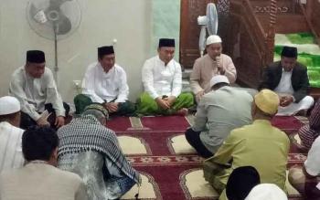 Gubernur Sugianto bersama sejumlah tokoh di Masjid At Taqwa Puruk Cahu, menggalakkan Sholat Subuh Berjamaah