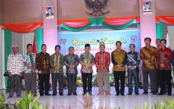 Gubernur Kalteng Sugianto Sabran saat berfoto bersama dengan pejabat dan sejumlah tokoh di Mura.
