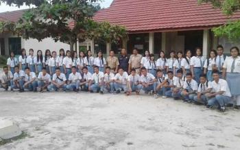 Anggota DPRD Gunung Mas, Iswan B Guna (pakaian hitam) foto bersama dengan siswa SMKN 1 Mihing Raya, Selasa (14/3/2017)