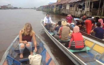 Peserta travel writing class saat mengikuti kegiatan susur Sungai Arut Selasa (14/3/2017) sore