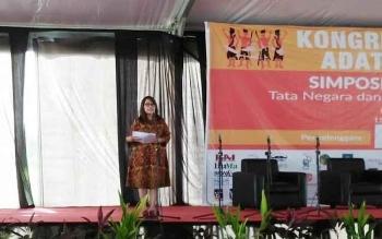 Jaleswari Pramodhawardani dari Kantor Staf Presidn saat menyampaikan materi dalam Simposium Masyarakat Adat, Kongres V Aliansi Masyarakat Adat Nasional (AMAN), di Kampong Tanjung Gusta, Deli Serdang Medan, Rabu (15/3/2017)