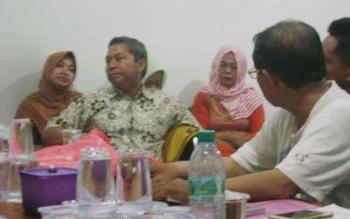 Ketua DPD Golkar Seruyan, Sudarsono (batik putih) disela memimpin rapat pertemuan membicarakan persiapan pelantikan pengurus DPD Golkar Seruyan, Selasa (13/3/2017) malam.
