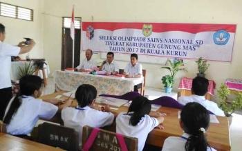 Sekretaris Dinas Pendidikan dan Kebudayaan Kabupaten Gunung Mas, Adrinedi membuka OSN di SMA Katolik Kuala Kurun, Rabu (15/3/2017)
