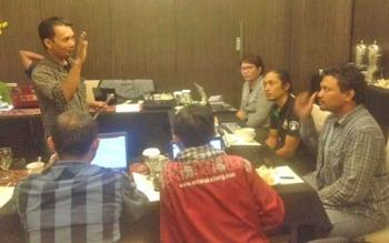 Fatris MF, seorang travel writer sekaligus pemateri dalam Travel Writing Class saat berdiskusi dengan peserta pelatihan.