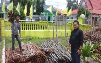 Panitia pelantikan DPD Golkar Seruyan saat mempersiapkan tiang kayu untuk pasang bendera di Kuala Pembuang, Rabu (15/3/2017).