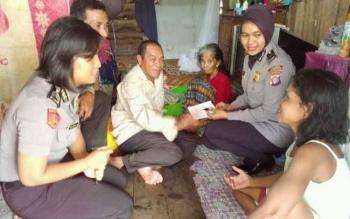 Beberapa Polwan Polres Palangka Raya memberikan bantuan kepada nenek Rohani, Rabu (15/3/2017)