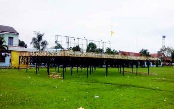 Sebuah panggung megah dari Barata Sampit yang sudah mulai didirikan di lokasi lapangan Gagah Lurus Kuala Pembuang, Rabu (15/3/2017)