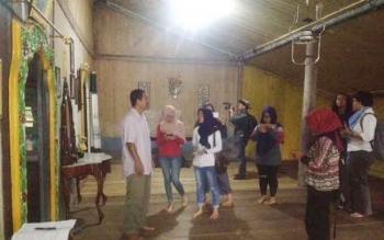 Peserta Travel Writing Class saat mengunjungi Istana Mangkubumi Pangkalan Bun, Kotawaringin Barat, Rabu (15/3/2017).