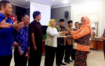 Ketua KPU Kobar, Siti Wahidah (kanan) menyerahkan SK penetapan paslon terpilih Bupati dan Wakil Bupati Kobar kepada Hj Nurhidayah saat pleno terbuka di aula Bappeda Kobar, Rabu (15/3/2017).
