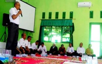 Kepala Dinas Kepemudaan, Olahraga, Pariwisata dan Kebudayaan Kabupaten Seruyan, Hartasima, saat memimpin pertemuan membicarakan persiapan Festival Seni dan Budaya Gawi Hatantiring 2017, Rabu (15/3/2017).