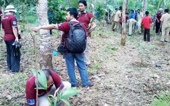 Sejumlah anggota kolaborasi rotan se Indonesia menanam bibit rotan di Desa Tumbang Liting Katingan Hilir, beberapa waktu lalu.