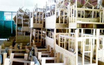 Ratusan set meja kursi sekolah dari bahan rotan menumpuk di gudang pusat industri dan kerajinan rotan Hampangen.