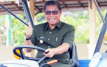 Bupati Seruyan Sudarsono menaiki traktor roda empat yang dibagikan ke petani, Selasa (14/2/2017).