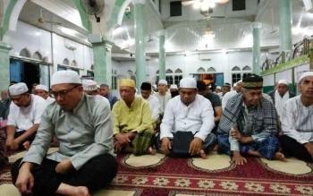 Sejumlah tokoh di Kalteng melaksanakan Salat Subuh berjamaah yang diimami Ustaz Ahmad Rouhan di Masjid At Taqwa Puruk Cahu, Rabu (15/3/2017)