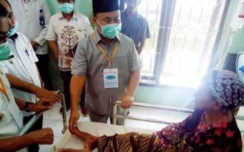 Gubernur saat menengok sejumlah pasien di RSUD Puruk Cahu di sela kunjungannya dalam rangka rapat kerja dengan Bupati se-DAS Barito.