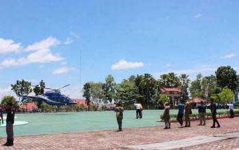 Helikopter yang ditumpangi Gubernur Kalteng, Sugianto Sabran sesaat sebelum meninggalkan lapangan di Puruk Cahu.