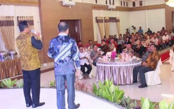 Gubernur menyanyi tembang Kehilangan dan Duda didampingi Anggota DPRD Murung Raya, Doni saat di Rujab Bupati Mura Selasa malam.