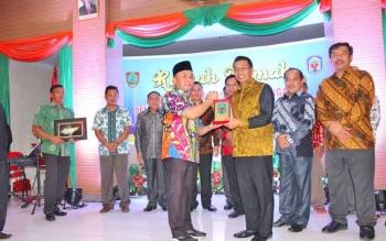 Gubernur Kalteng, Sugianto menerima cindera mata dari Bupati Murung Raya, Perdie