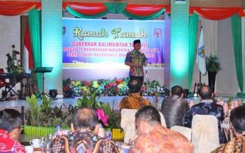 Gubernur Kalteng, Sugianto saat sambutan di acara malam pamitan dalam mengakhiri kunjungan kerja sekaligus rapat kerja bupati DAS Barito di Rujab Bupati Murung Raya