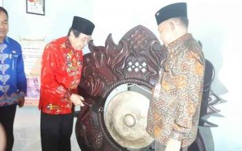 Wakil Bupati Kotim Taufiq Mukri Saat meresmikan peluncuran KIA bersama Kepala Dinas Disdukcapil Marjuki, Kamis (15/3/2017).