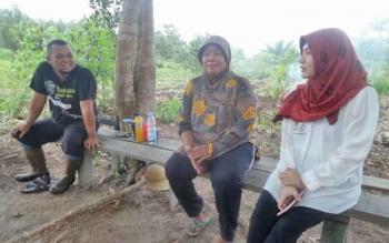 Anggota DPD RI Permanasari berbincang dengan petani di Desa Tinduk, Kecamatan Baamang, Kotim.