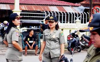 Sejumlah anggota Satpol PP Kabupaten Barito Utara melakukan pengawasan di area Pasar Pendopo Muara Teweh, beberapa waktu lalu.