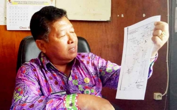 Kepala Bidang Pemerintahan Umum Setda Sukamara, Banjarnahor saat menjelaskan peta perbatasan wilayah Sukamara.