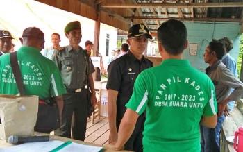 Bupati Murung Raya Perdie M Yoseph saat meninjau pelaksanaan pilkades di Desa Muara Untu, Kecamatan Murung, Kamis (16/3/2017).