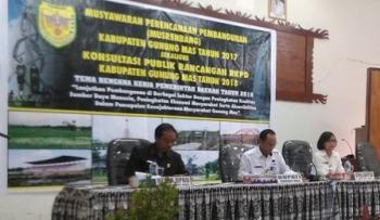 Ketua DPRD Gunung Mas Gumer (kiri) ketika mengikuti musrenbang tingkat kabupaten di Aula Kantor BP3D, Rabu (15/3/2017).