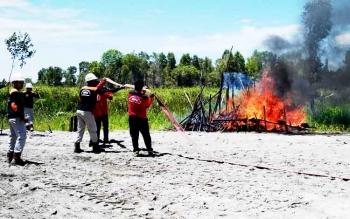 Petugas regu pemadam PT Sumur Pandan Wangi - Kartika saat simulasi pemadaman api, Kamis (16/3/2017).