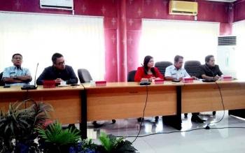 Ketua Komisi B DPRD Kota Palangka Raya Nenie A Lambung (baju merah) saat mengikuti rapat dengan jajaran anggota dewan kota lainnya.