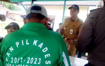Camat Murung, Kabupaten Murung Raya, K Zen Wahyu saat meninjau pilkades di Desa Muara Untu, Kamis (16/3/2017).