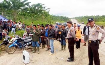 Aparat kepolisian mengawal jalannya demo warga Desa Benangin, Kecamatan Teweh Timur, Kabupaten Barito Utara, Kamis (16/3/2017).