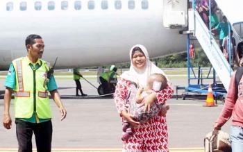 Penderita hidrosefalus tiba di Bandara Iskandar usai menjalani operasi di Rumah Sakit Tlogorejo Semarang beberapa waktu lalu.