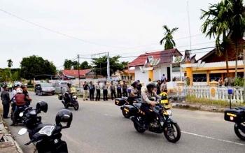 Ratusan personel polisi menjaga ketat Kantor KPU Barsel, Kamis (16/3/2017)