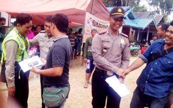 Kapolsek Murung, Ipda Indrawan Wira Saputra saat melakukan pemantauan Pilkades di Desa Panu\\\'ut.