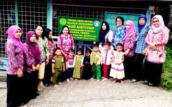 Ketua GOW Kabupaten Barito Utara Melpadona bersama sejumlah pengurus lainnya, mengunjungi PAUD Aisyiyah di kompek SD Muhammadiyah, Muara Teweh, Kamis (16/3/2017).